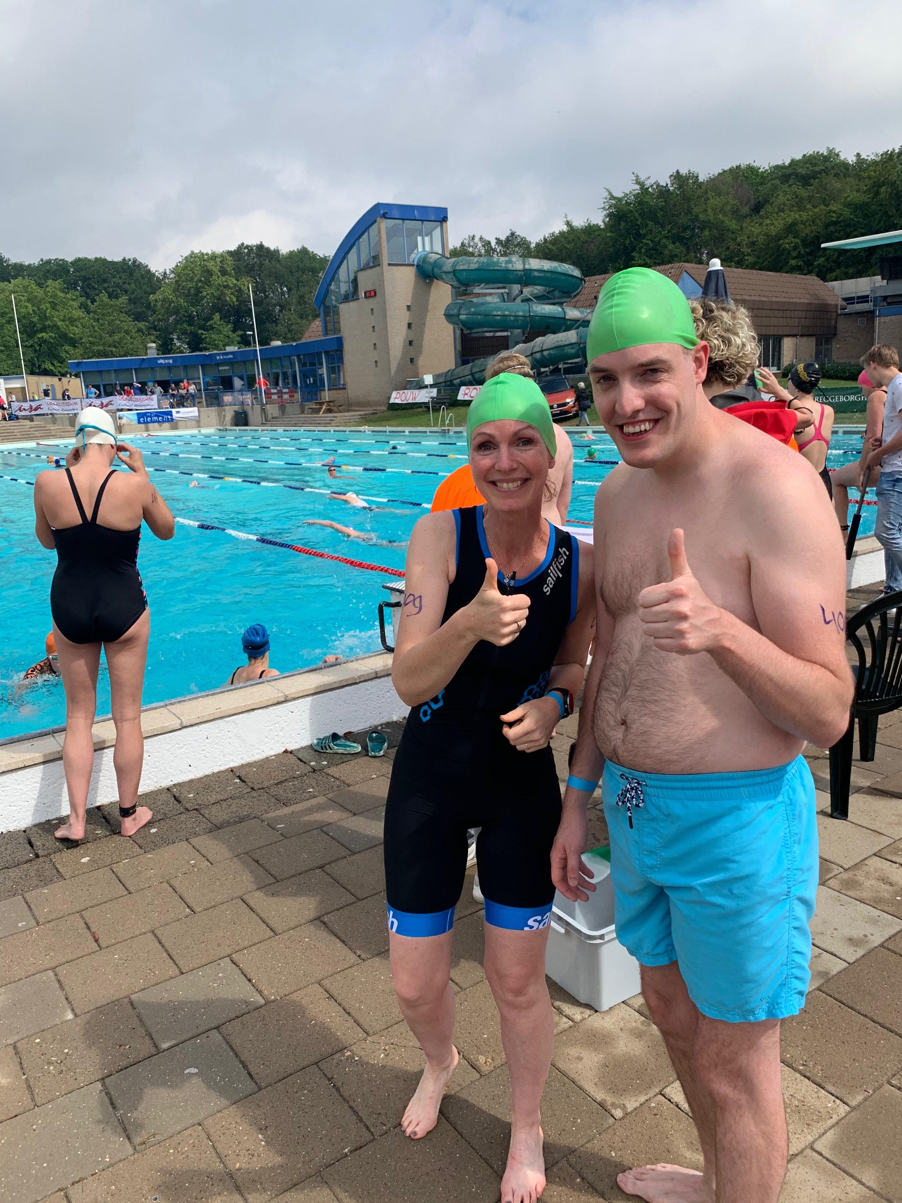Coen gaat zwemmen samen met trainster Willeke